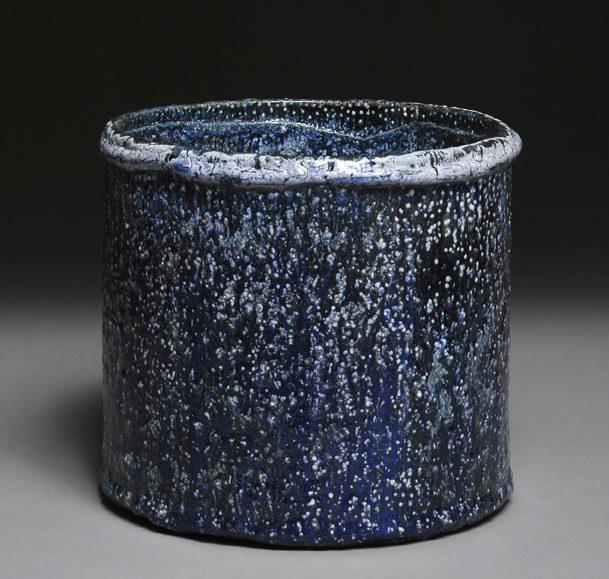 Keramiker Kim Holm keramik cylinder H: 21 cm. Ø 23 cm. blå med hvide prikker